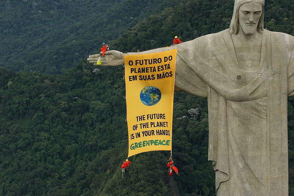 26:國際會議的一個決定,對全球環境運動成效影響深遠。綠色和平成員「裡應外合」,場內交由政策遊說團隊奔走大小會議,進諫決策者投下保護環境一票;場外則以直接行動施壓,如實反映民眾心聲。2006年,綠色和平行動者在巴西舉行聯合國生物多樣性公約會議期間,於里約熱內盧著名地標基督像懸掛「地球未來在你手」標語。 © Greenpeace / Daniel Beltrá