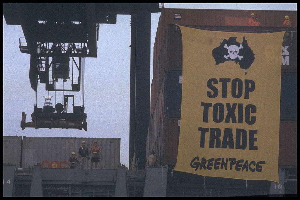 16:綠色和平香港辦公室創立於1997年2月14日,同年9月就與澳洲辦公室合作進行首次直接行動──鑑於當年香港監管有害廢料的法例薄弱,淪為「洋垃圾收容港」,行動者於葵涌貨櫃碼頭堵截一艘運載非法電子廢料的貨船,並登上貨櫃懸掛「STOP TOXIC TRADE」橫額,最終成功促使有毒廢料運回澳洲。 © Greenpeace / Andre Eichman