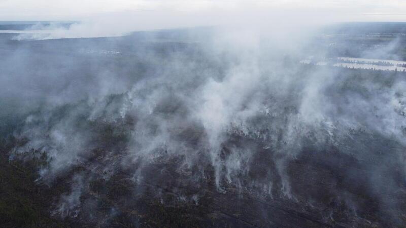 2021年7月22日近聖彼得堡的泥炭地火警現場。今年俄羅斯境內的森林大火面積已超過往年紀錄。因燃燒面積太大,且同時發生多宗火災,使得滅火行動變得複雜且困難。© Olesya Volkova / Greenpeace