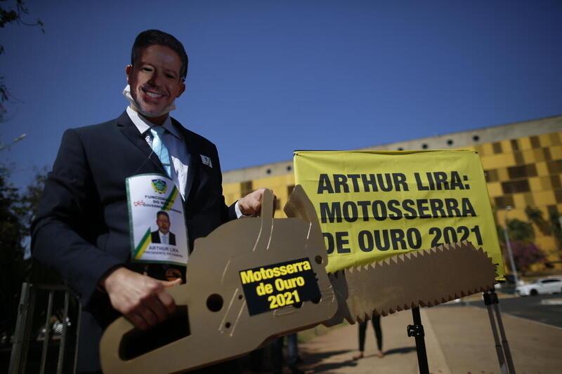 2021年8月,綠色和平行動者於國會外頒發「金電鋸獎」給巴西下議院議長Arthur Lira,批評他批准加劇毀林、傷害亞馬遜原住民與農民的法案。© Adriano Machado / Greenpeace