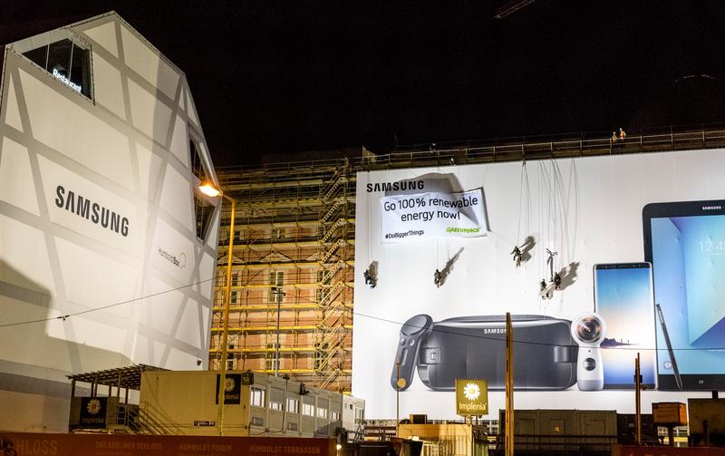 2018年頭,綠色和行動者在德國柏林宮(Berliner Schloss),在Samsung廣告牌上拉起40平方米橫額,表達100%可再生能源的訴求。可惜到了2021年第三季,我們還是要重申此訴求。© Mike Schmidt / Greenpeace