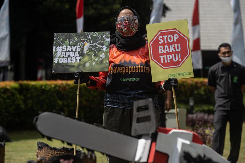 2021年4月,綠色和平前往印尼林業及森林部,以行動劇重現巴布亞森林火災情境,並向部長送上國際綠色和平發布的最新報告,要求政府撤銷巴布亞省內森林的開發許可證。© Jurnasyanto Sukarno / Greenpeace
