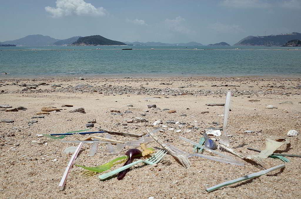 即棄塑膠餐具除了加重堆填區負擔,一旦流入海洋,將會分裂成微塑膠污染食物鏈。 © Greenpeace