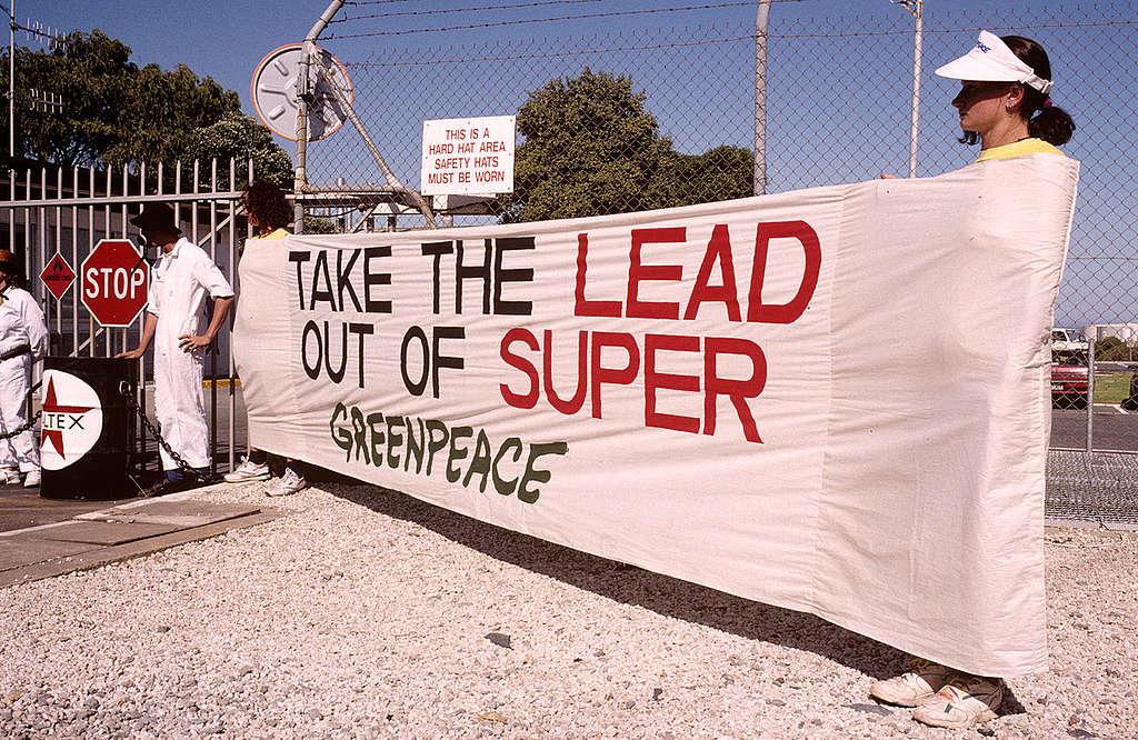 1993年,綠色和平行動者堵截澳洲阿德萊德Port Stanvac煉油廠的出入口,要求石油企業淘汰有毒含鉛汽油。 © Greenpeace / Robert Cartmel