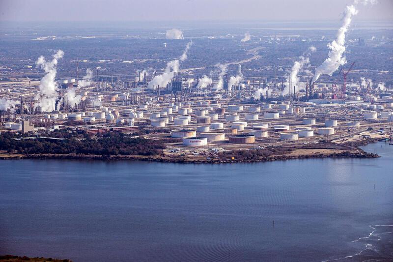 埃克森美孚(ExxonMobil)在美國德薩斯Baytown 的石化綜合廠房。隨著石油和天然氣生產利潤的下降,化石能源行業越來越多地推動石化產品和即棄塑料的發展。© Aaron Sprecher / Greenpeace