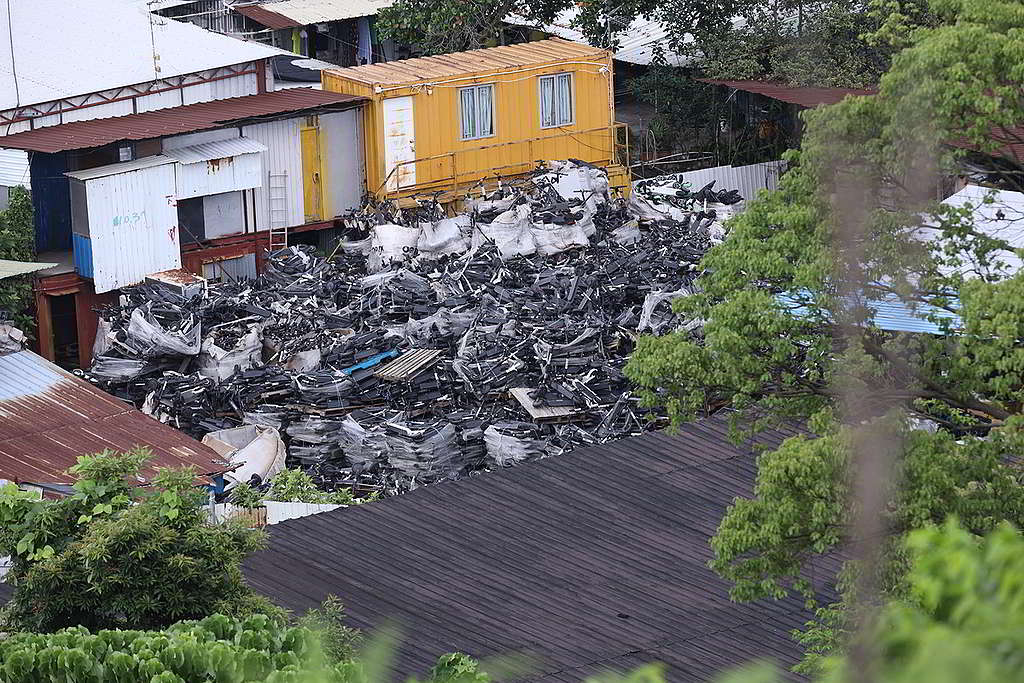 恐龍坑西一處工場,囤積數千部以上電動滑板車。 © Greenpeace / Harry Long