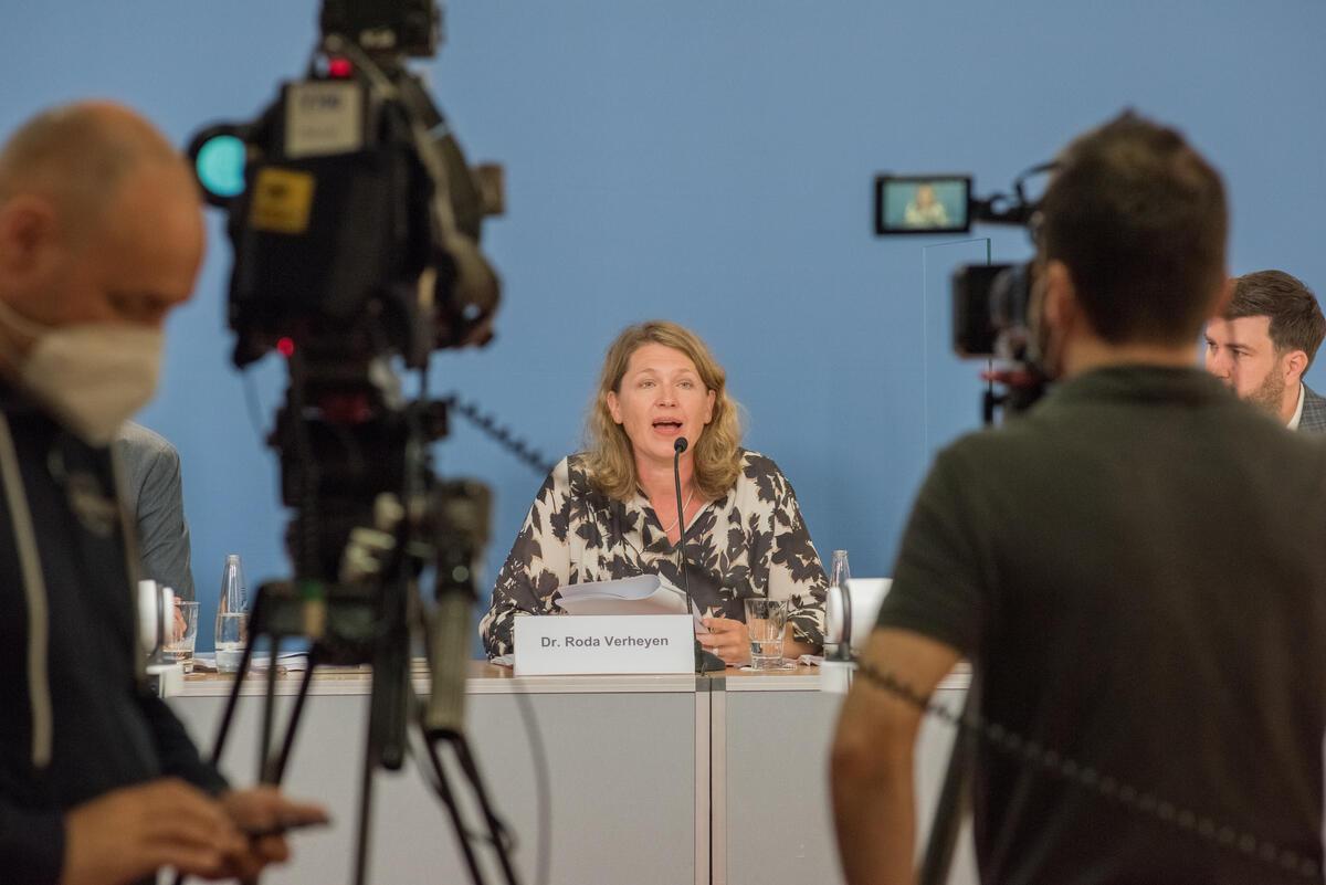 綠色和平德國辦公室團隊與律師解釋是次針對福士提出的氣候公義訴訟案,與此案對長遠人類利益、地球健康的關係。圖中講者為律師Roda Verheyen博士。© Mike Schmidt / Greenpeace