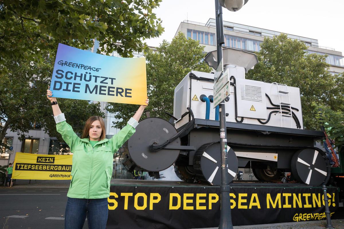 綠色和平德國辦公室展示巨型探勘及挖掘機器模型,示意深海採礦業的輕舉妄動,無可避免大規模破壞海洋生態。 © Gordon Welters / Greenpeace
