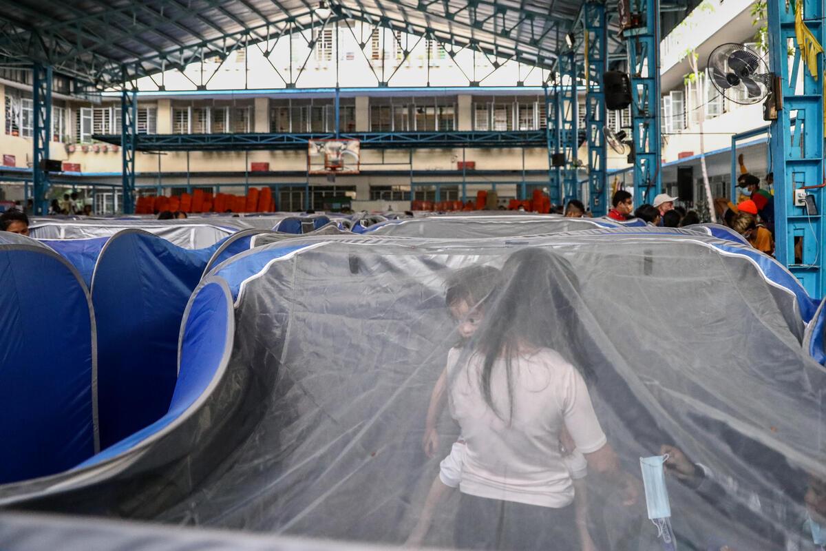 2020年11月2日,居民於馬尼拉市西北部湯都區(Tondo)小學內的帳幕避難。數以千計住在洪泛區及沿海地帶的家庭,因超強颱風「天鵝」而被迫撤離所住居所。© Basilio H. Sepe / Greenpeace