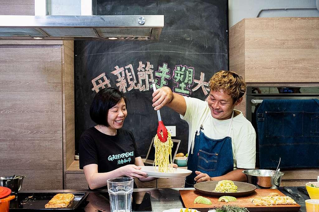 綠色和平請來梁祖堯教你煮走塑大餐。© Greenpeace