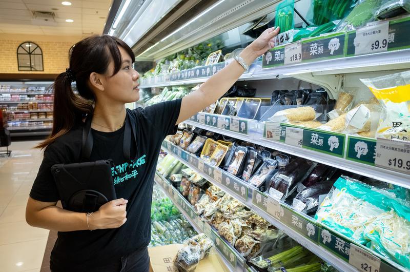 綠色和平走塑查膠隊在各區超市調查用膠量。© Patrick Cho / Greenpeace
