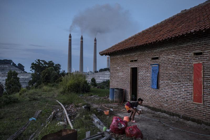 位於印尼蘇拉拉雅(Suralaya)的燃煤電廠與民居毗鄰。化石能源發電不單是氣候變化也是空氣污染的強大黑手,對人的健康和生命財產帶來重大威脅。© Ulet Ifansasti / Greenpeace
