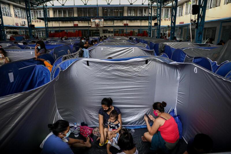 颱風天鵝吹襲菲律賓,當局將受嚴重威脅地區的居民安排入住臨時而擁擠的避風撤離中心。 © Basilio H. Sepe / Greenpeace