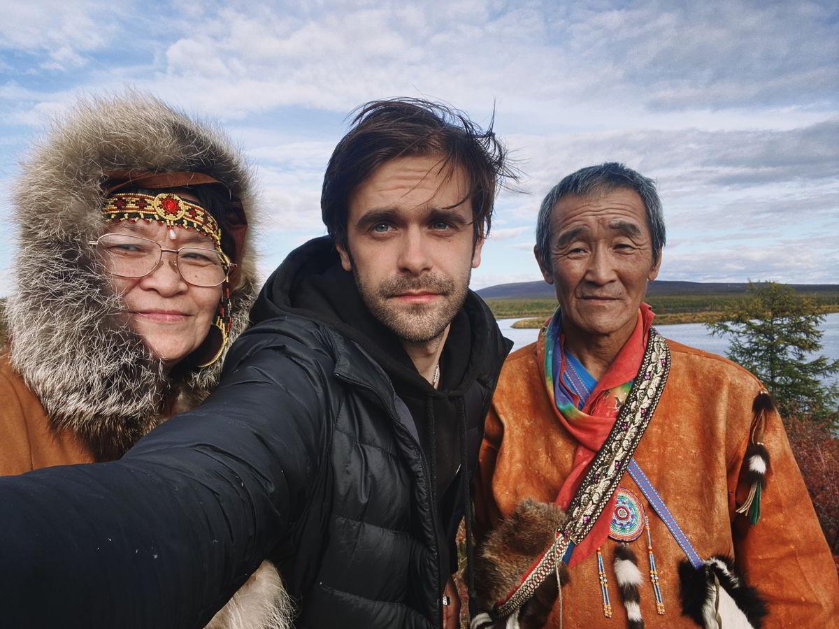 紀錄片導演Alexander(中)與兩位Tevr族馴鹿牧者合照留念。 © Alexander Fedorov