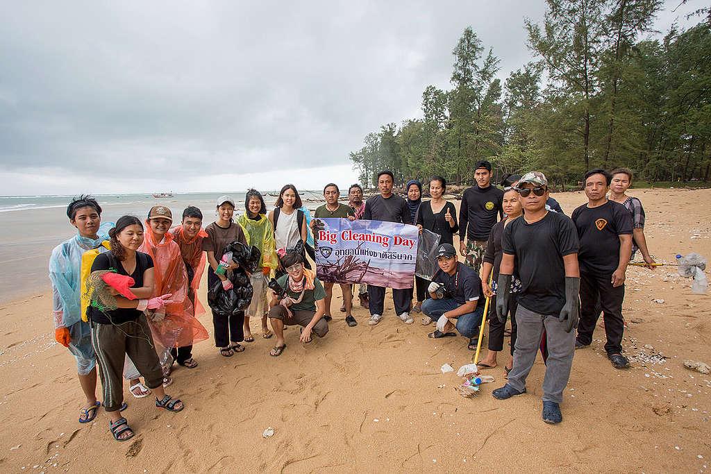 """Greenpeace-önkéntesek egy parttakarító eseményen Thaiföldön. Az esemény az """"Imádom az óceánom"""" program része, amelynek célja, hogy felhívja a lakosság figyelmét a tengerbe kerülő szemét mennyiségére. © Chanklang Kanthong"""