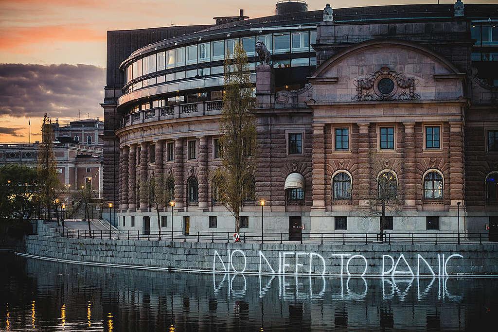 """""""Nem kell pánikolni""""-akció a svéd parlamentnél, Stockholmban. © Jana Eriksson / Greenpeace"""