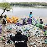 Fuldoklik a Duna-part a műanyagban: a hulladék nagy része a Coca-Colához köthető