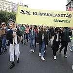A jövőjükért aggódó fiatalok követeltek Udvaros Dorottyával együtt klímaválasztást a Kossuth téren