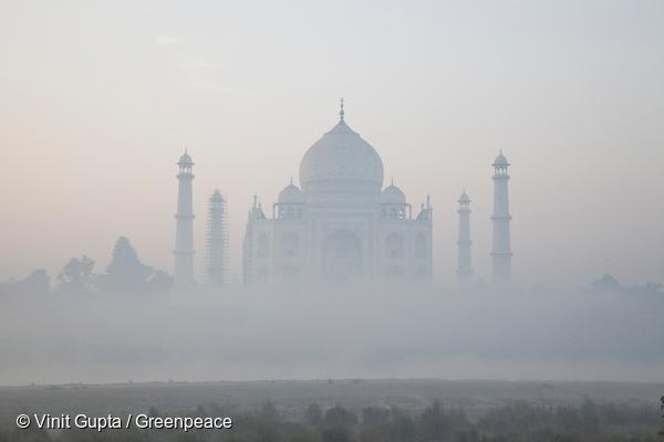 Taj Mahal smothered in smog