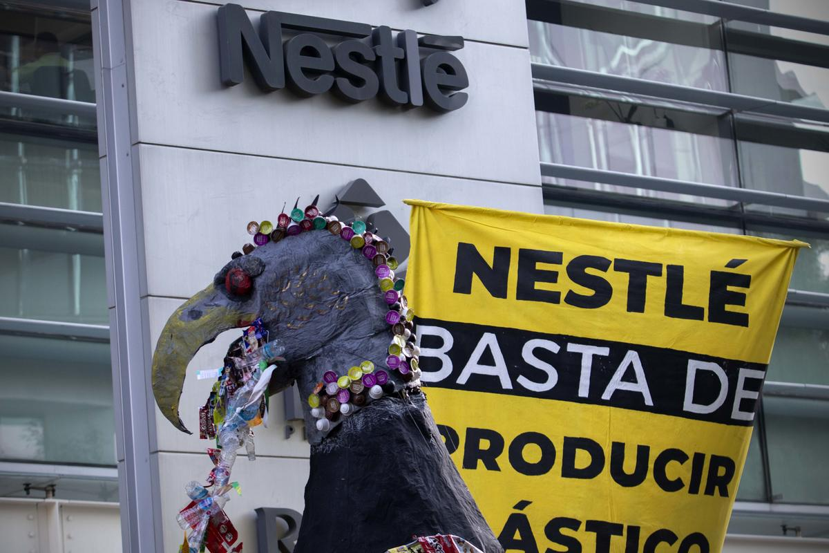 Plastic Monster Action at Nestlé Headquarters in Mexico. © Alejandro Pai / Greenpeace