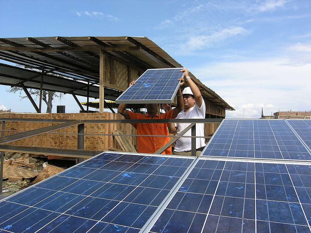 Implementing Solar Power Indonesia. © Greenpeace / Hotli Simanjuntak