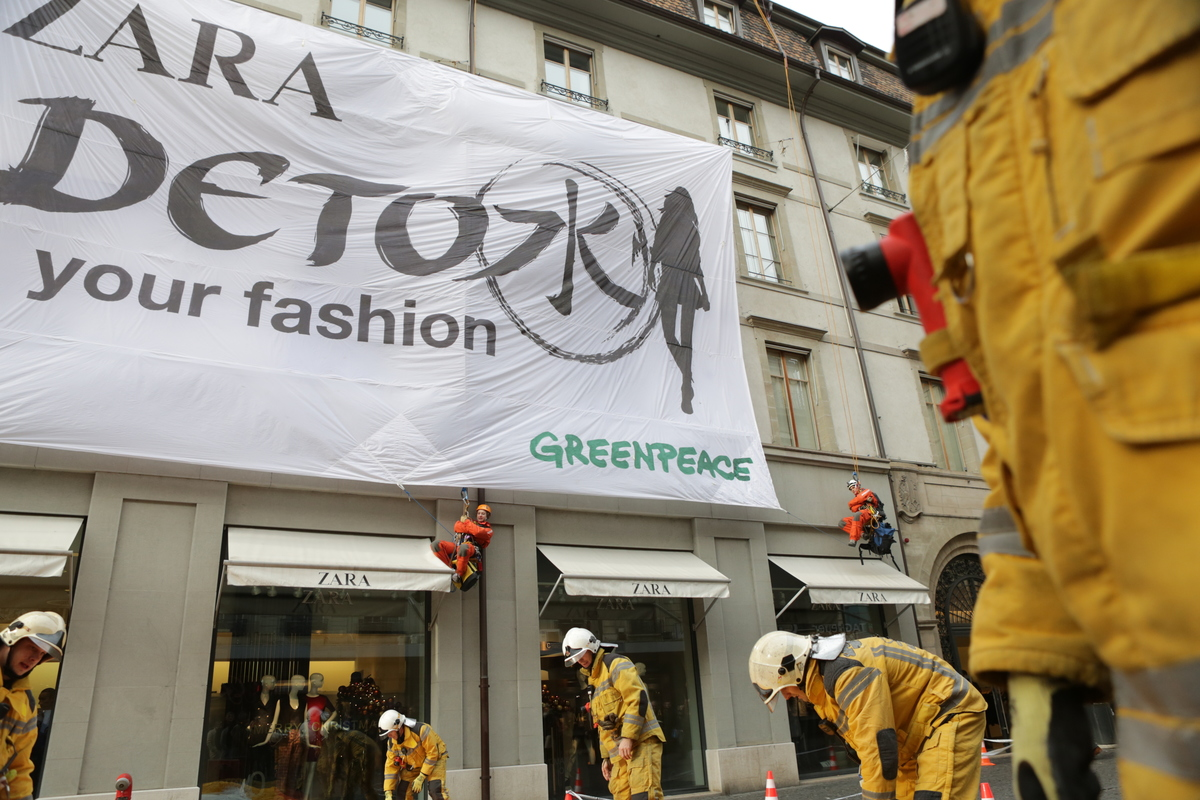 Zara 'Detox' Action in Geneva © Greenpeace / Alban Kakulya