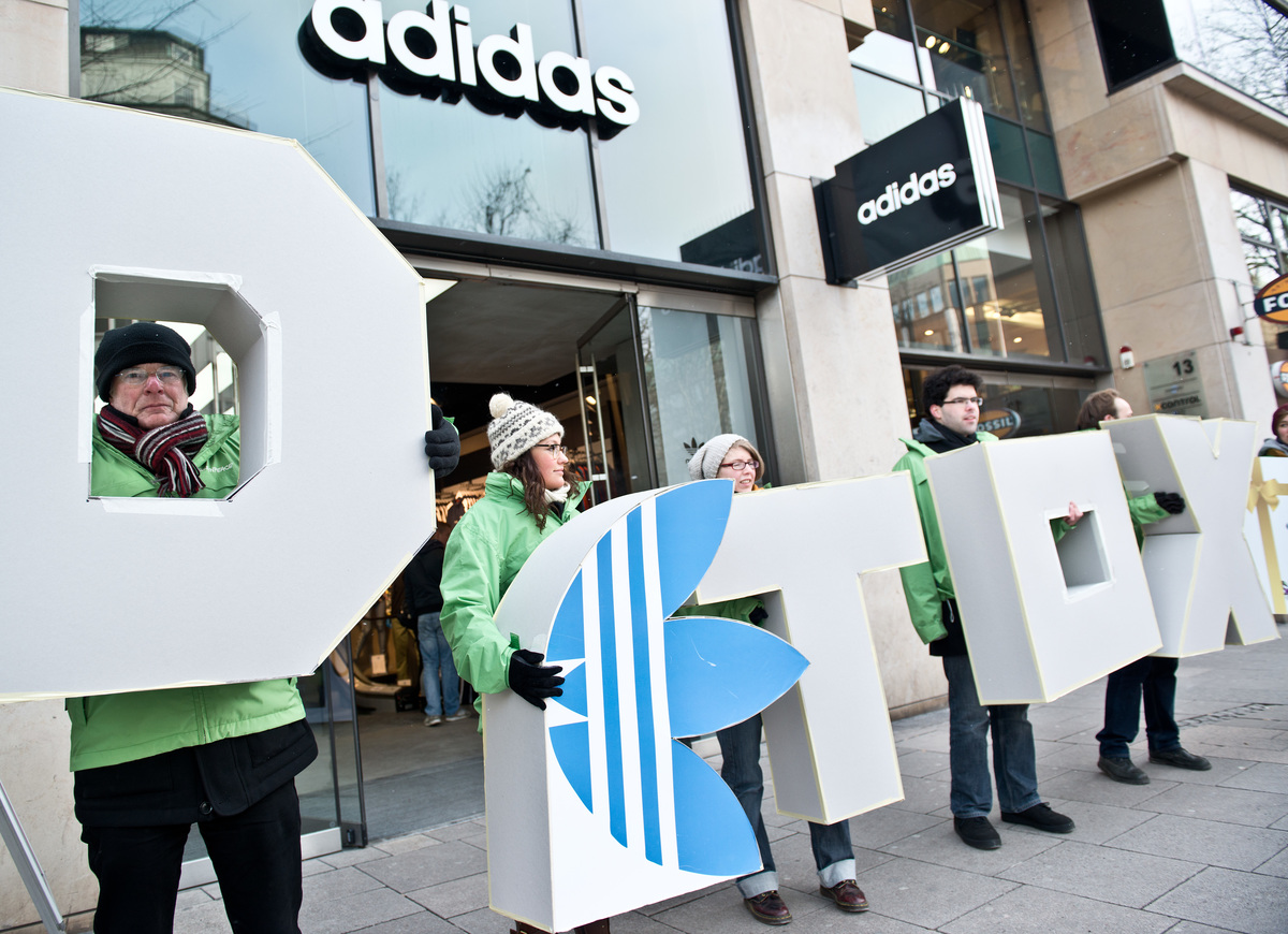 Detox Protest at Adidas Store in Hamburg© Dmitrij Leltschuk / Greenpeace