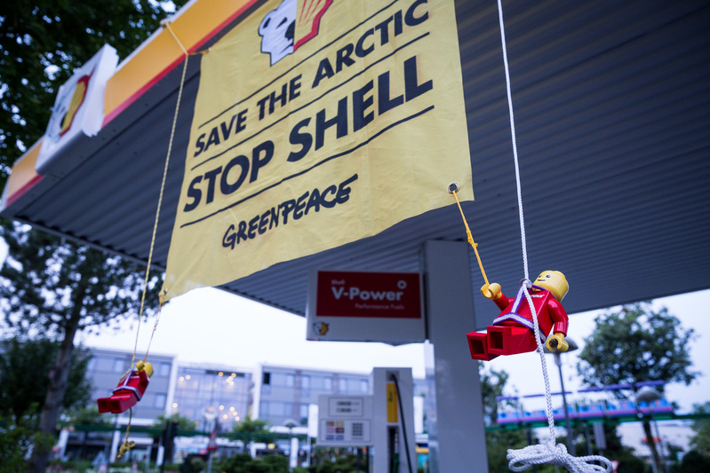 Action against Shell at LEGOLAND in Denmark © Greenpeace / Uffe Weng