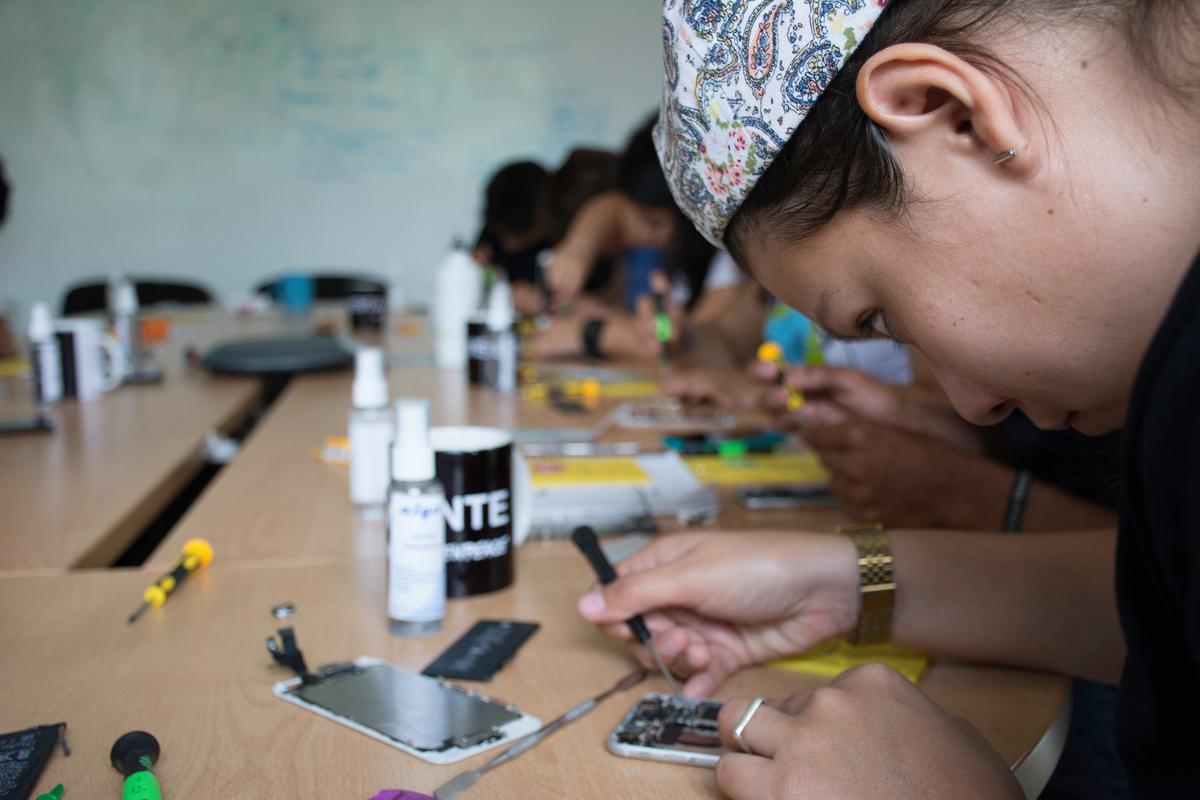 Smartphone Repair Workshop at Greenpeace Mexico © RIcardo Padilla Roman / Greenpeace