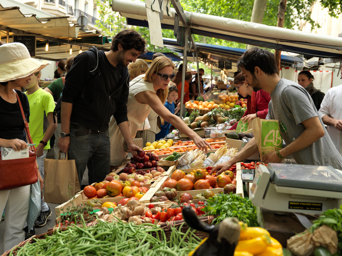 Ecological Produce at Farmers Market in Paris © Peter Caton / Greenpeace