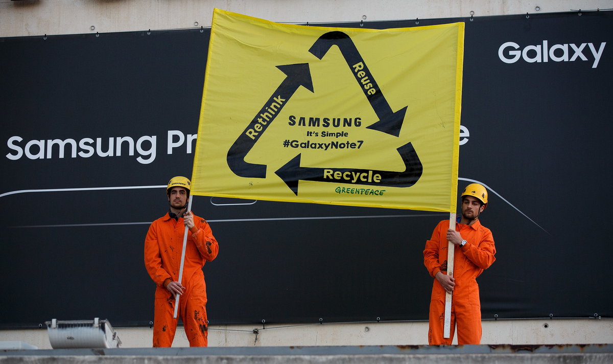 Protest at World Mobile Congress in Spain © Pablo Blazquez / Greenpeace