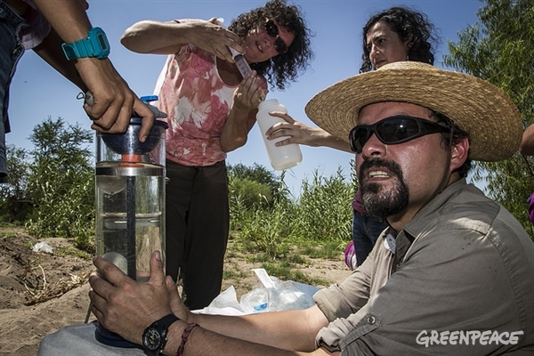Claudia Ponce and Omar Arellano-Aguilar, scientists from the UNAM, collected sample in rivers of Sinaloa to identify pesticides and fertilizers used in industrial agriculture processes. © Enrique Rashide / Greenpeace