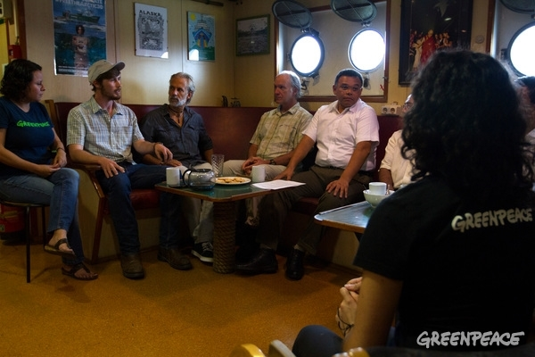 Meeting between Greenpeace and representatives of PNUD and others NGOs with the governor of Yucatan, Rolando Zapata Bello, on board the Esperanza, where he made a commitment to implement a state strategy by 2018 in order to protect and develop ecological farming building on the existing 'milpa' system. © Pablo Ramos/Greenpeace.