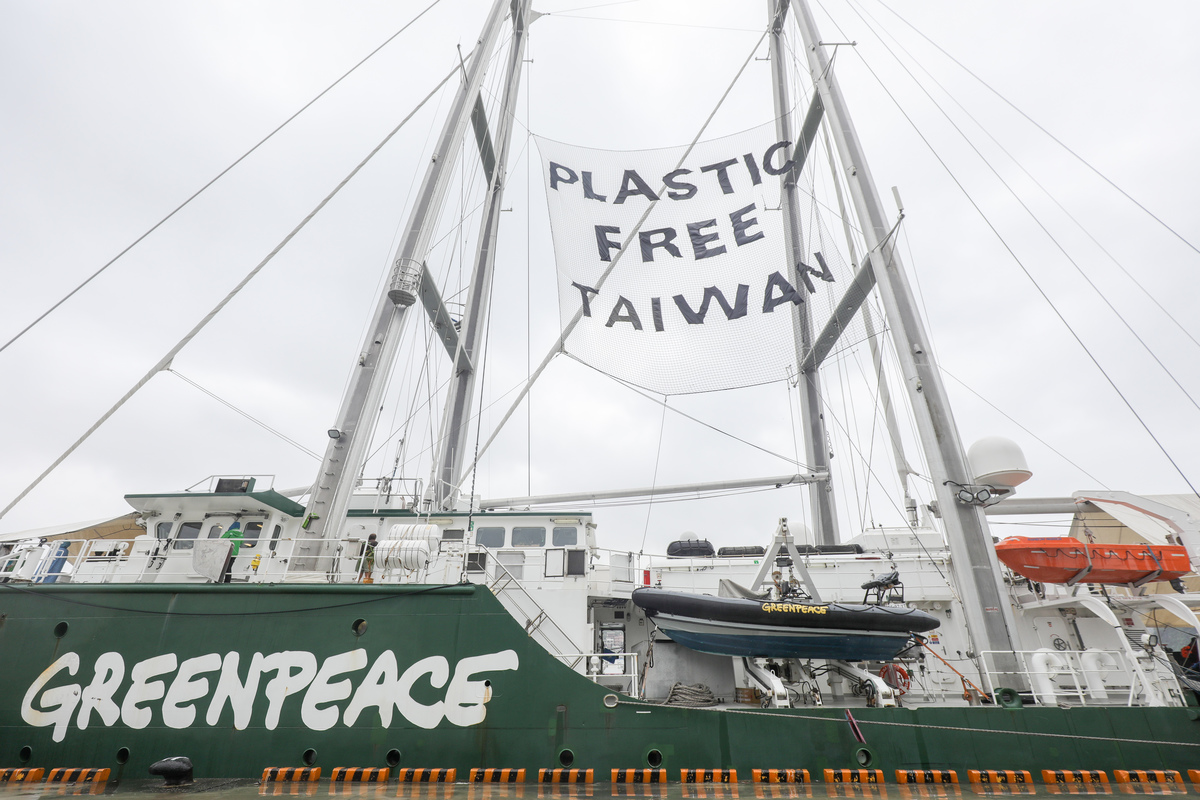Rainbow Warrior in Taiwan: Open Boat in Keelung Port © Chong Kok Yew / Greenpeace