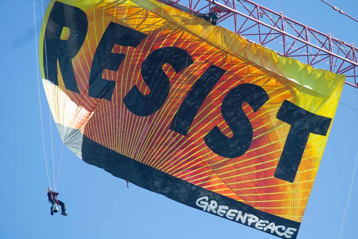 Resist Trump Banner Action in Washington D.C. © Kate Davison / Greenpeace