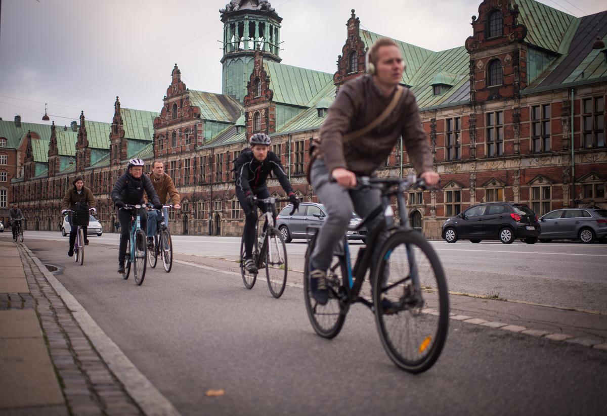 Cyclists on Street in Copenhagen © Chris Grodotzki / Greenpeace