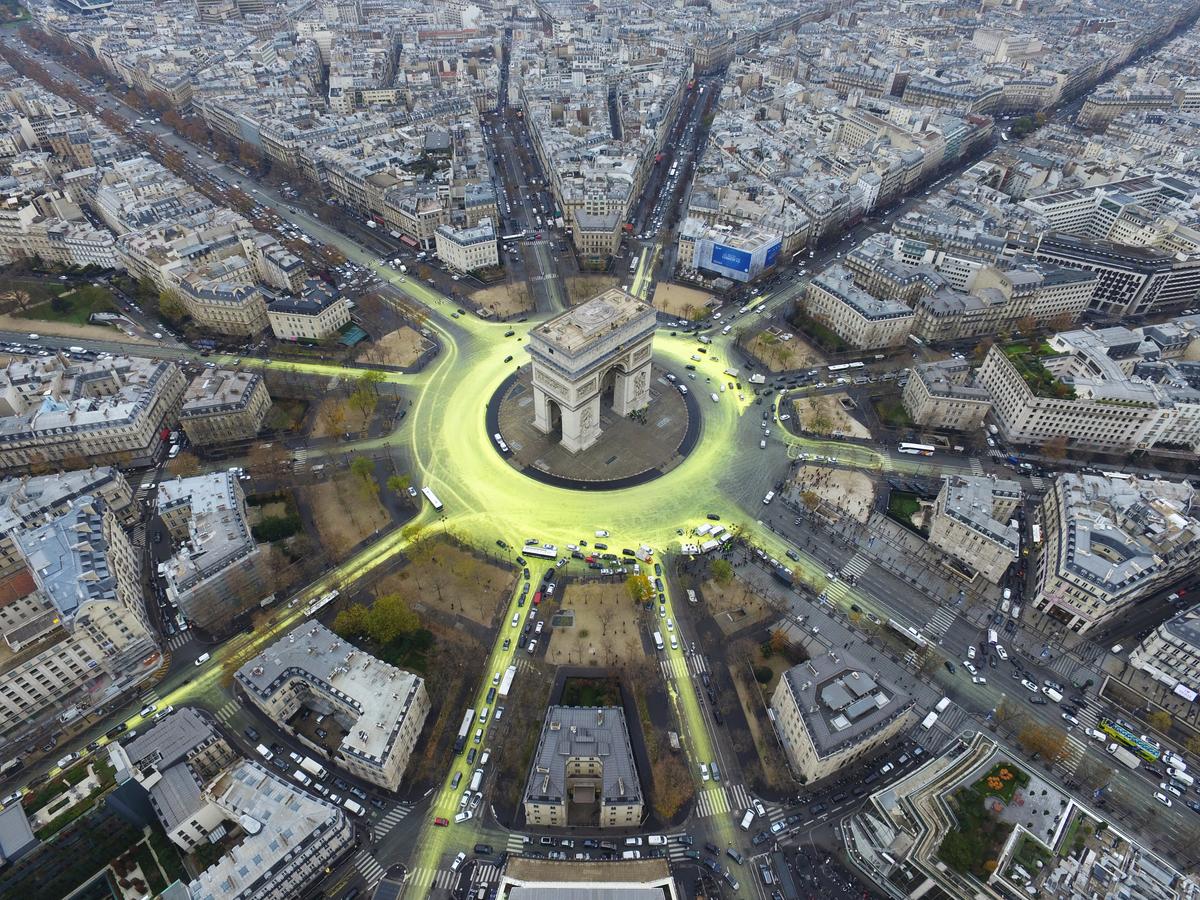 COP21: Arc de Triomphe Sun Action in Paris © Greenpeace