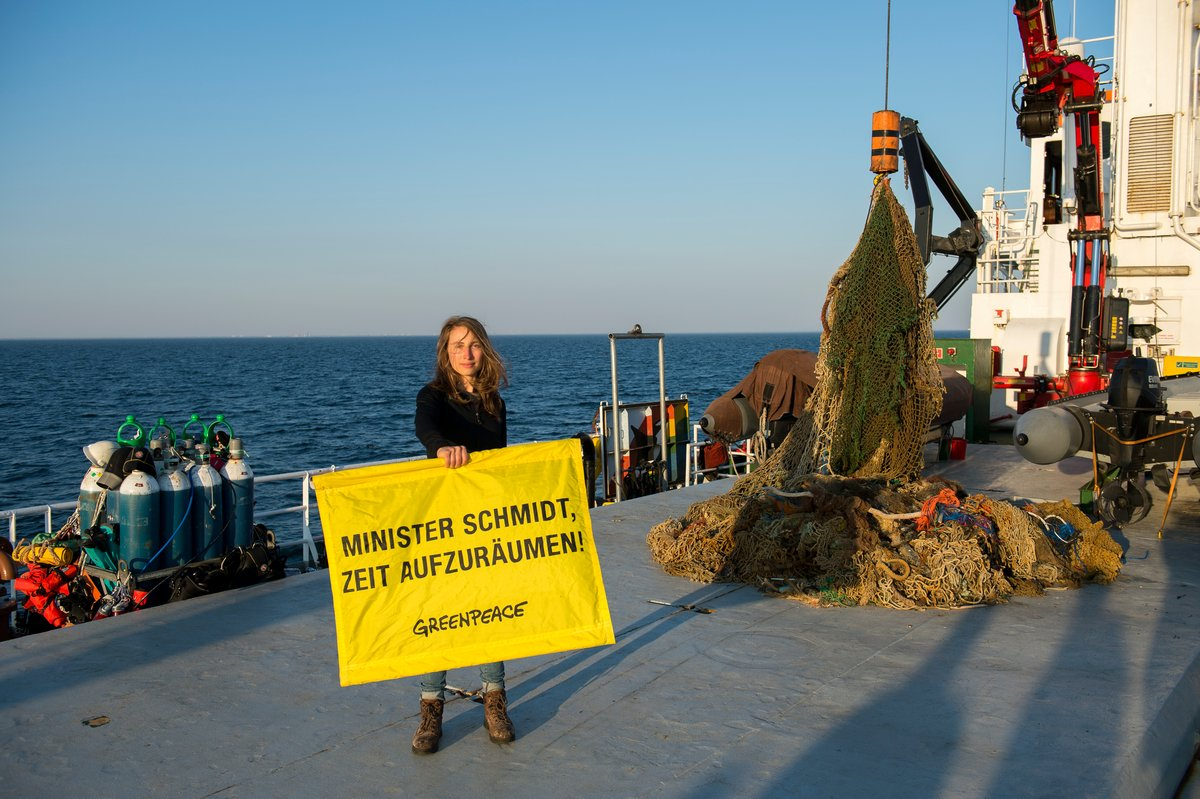 Sending a message to 'clean up' the North Sea © Bente Stachowske / Greenpeace