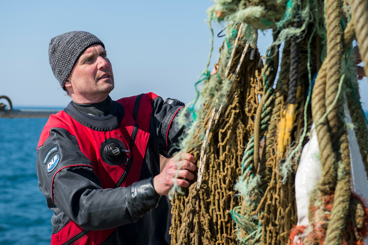 Greenpeace Ocean Campaigner Thilo Maack inspects a 'ghost net' in the North Sea Sanctuary © Bente Stachowske / Greenpeace