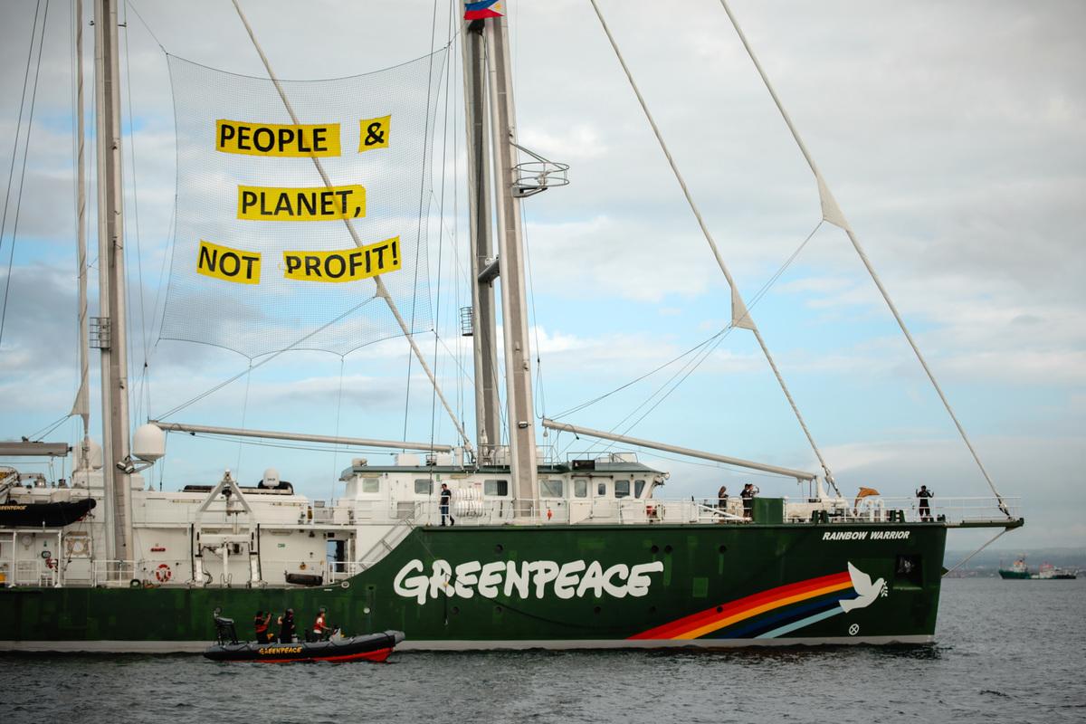 Rainbow Warrior in the Philippines © Jilson Tiu / Greenpeace