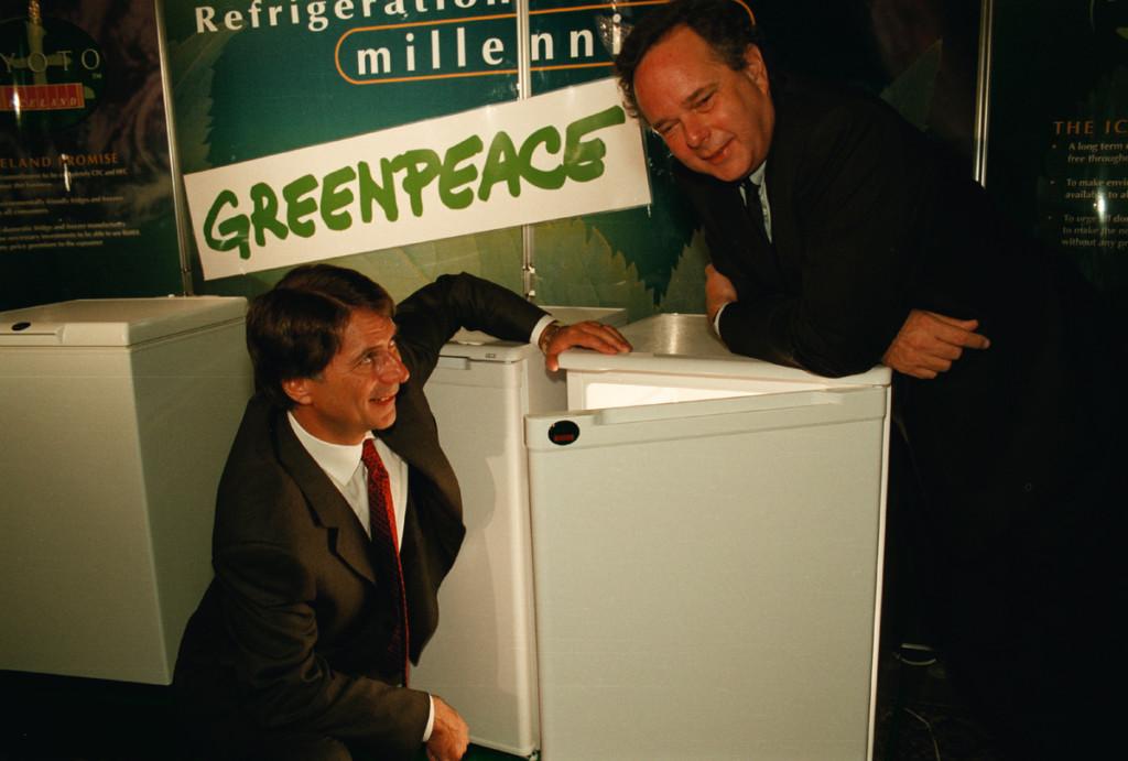 Peter Melchett (ED GP UK in 1998) and Malcolm Walker (Iceland Frozen Foods) with a GreenFreeze fridge © Greenpeace / Nick Cobbing