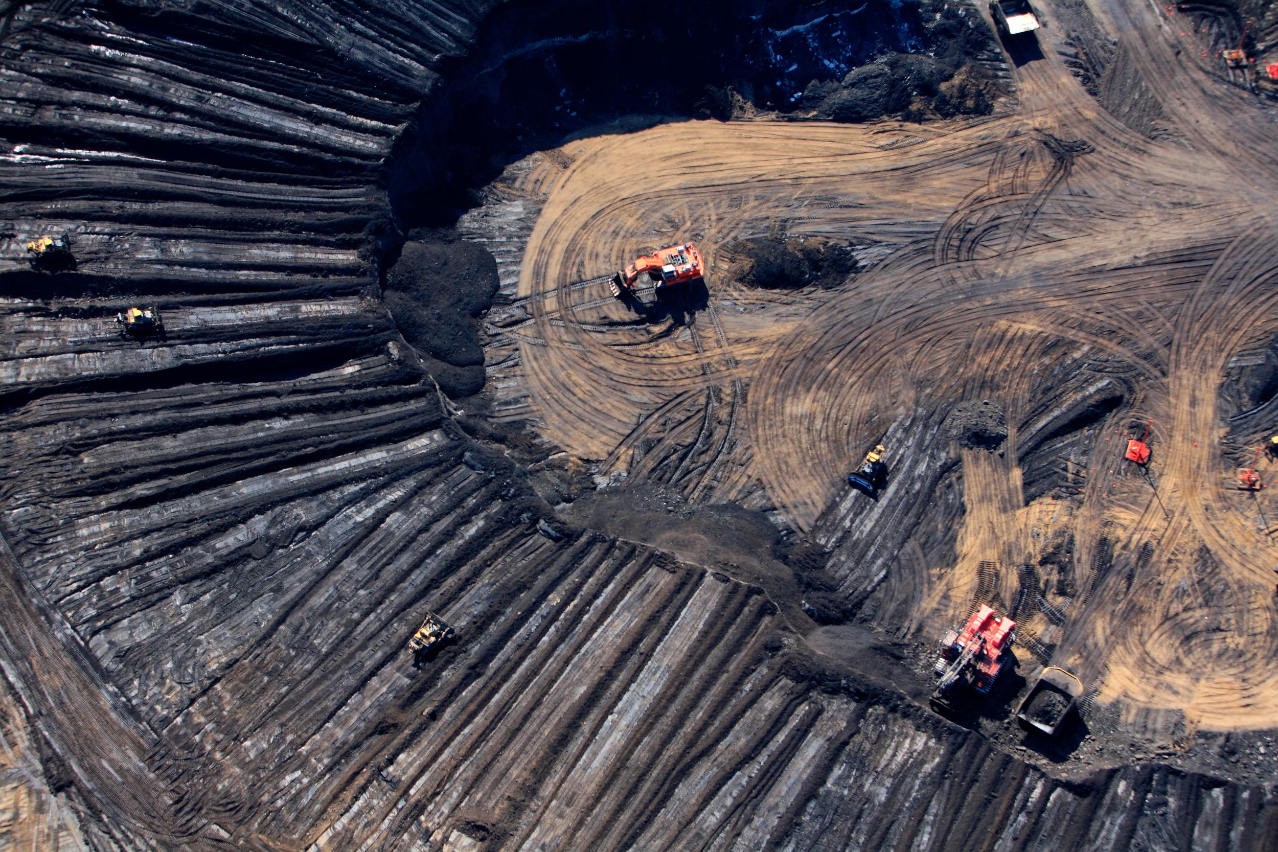 Aerial view of Syncrude Aurora tar sands mine in Alberta, Canada. © Amber Bracken / Greenpeace