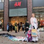 """Trash Queen Promotes """"Buy Nothing Day"""" © Bente Stachowske / Greenpeace on Black Friday in HamburgAltkleider-Koenigin gegen Kaufrausch"""