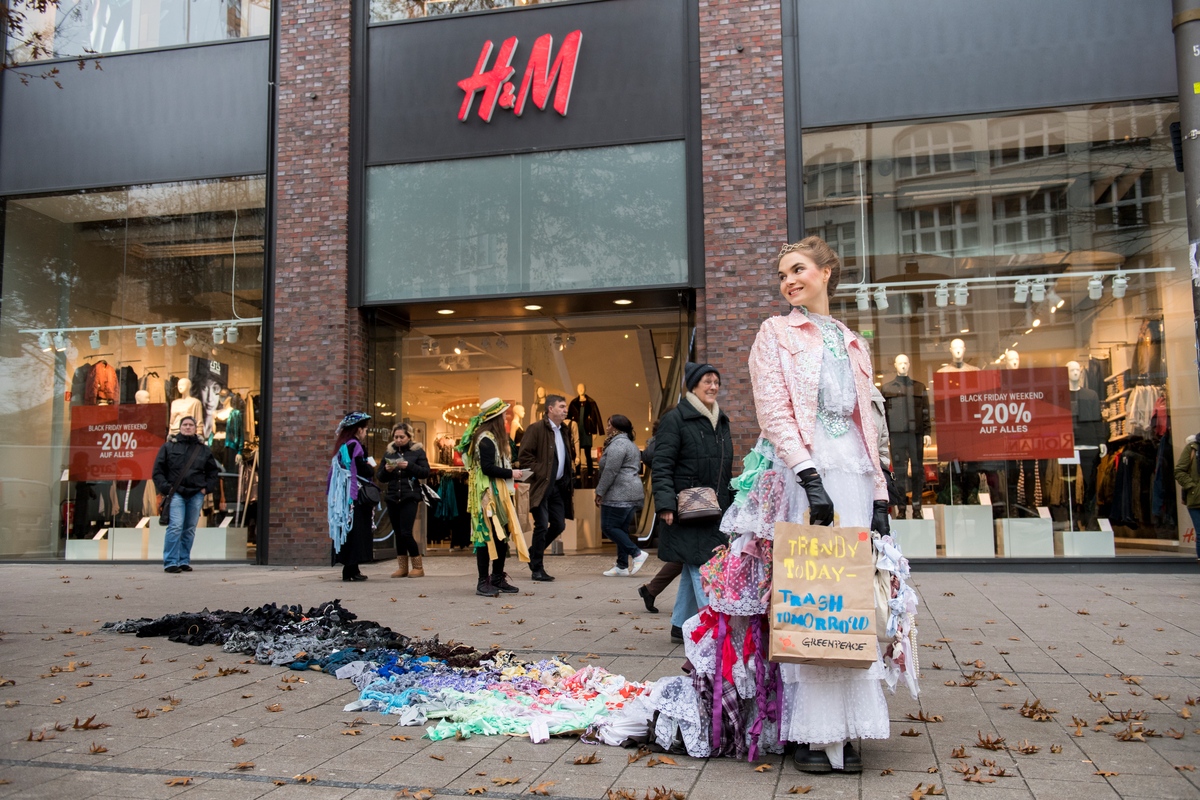 "Trash Queen Promotes ""Buy Nothing Day"" on Black Friday in Hamburg. © Bente Stachowske"