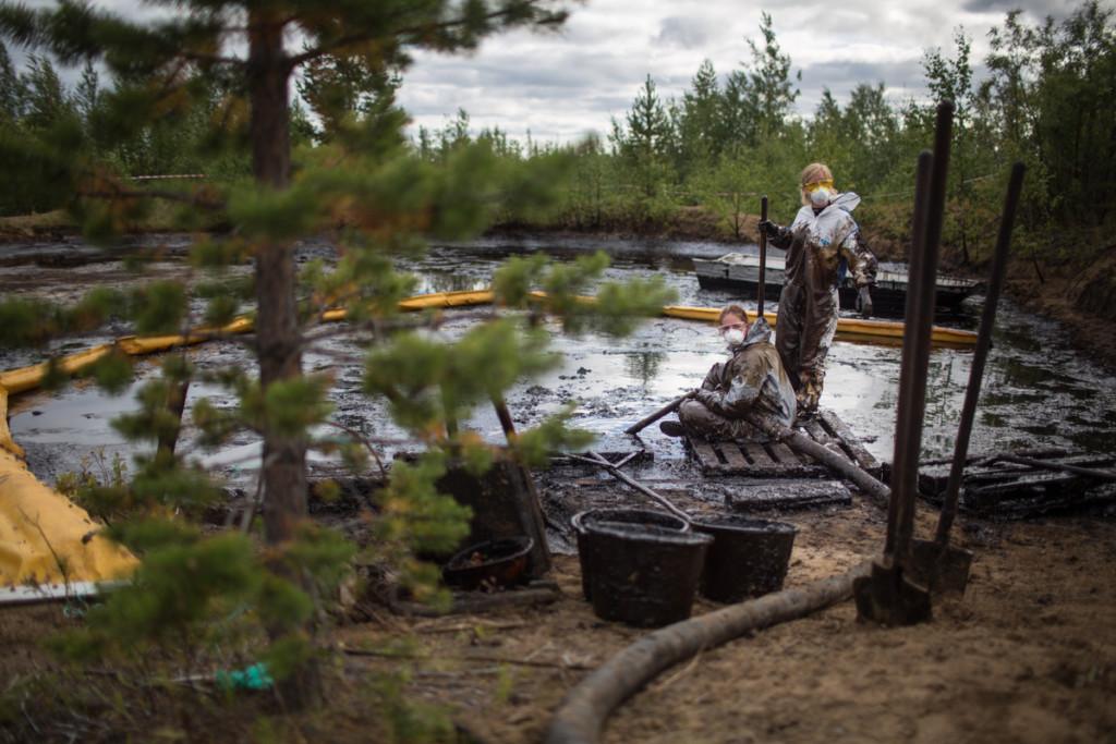 Volunteers clean up an oil spill in the Komi Republic © Denis Sinyakov / Greenpeace