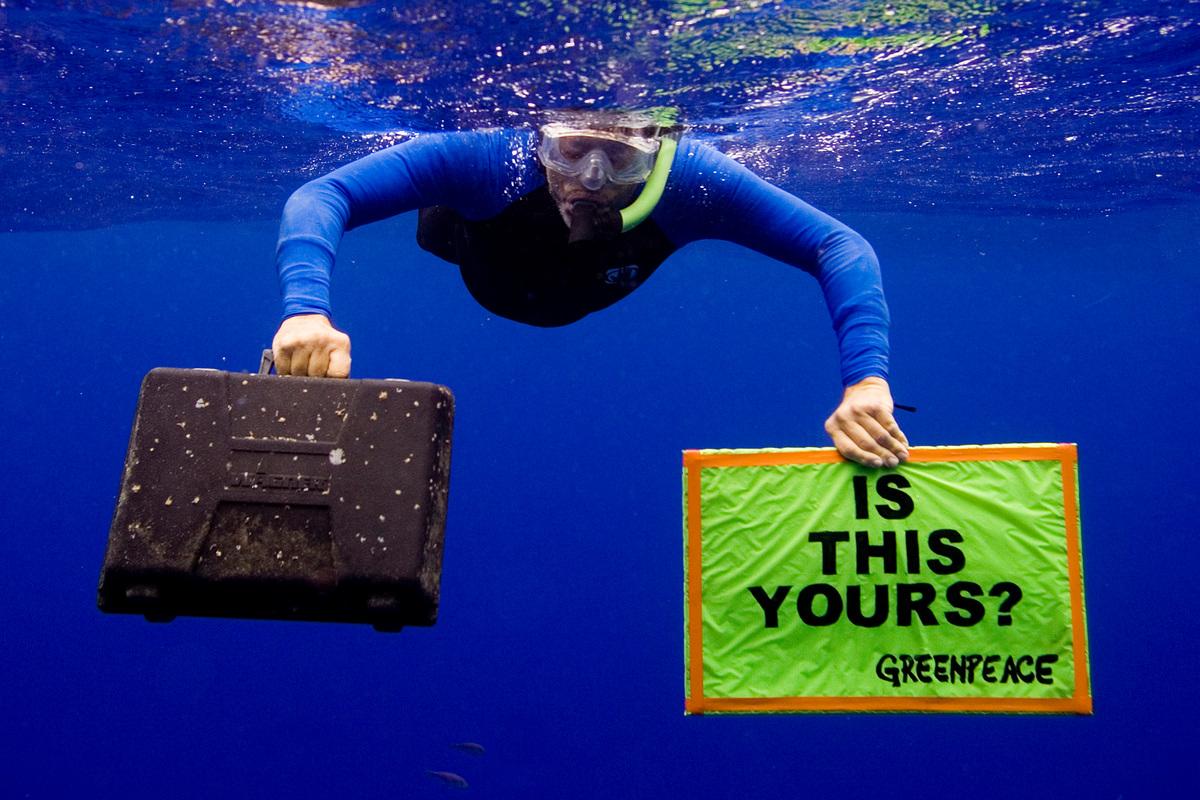 Defending Our Oceans Tour - Hawaii Trash (Hawaii: 2006) © Greenpeace / Alex Hofford