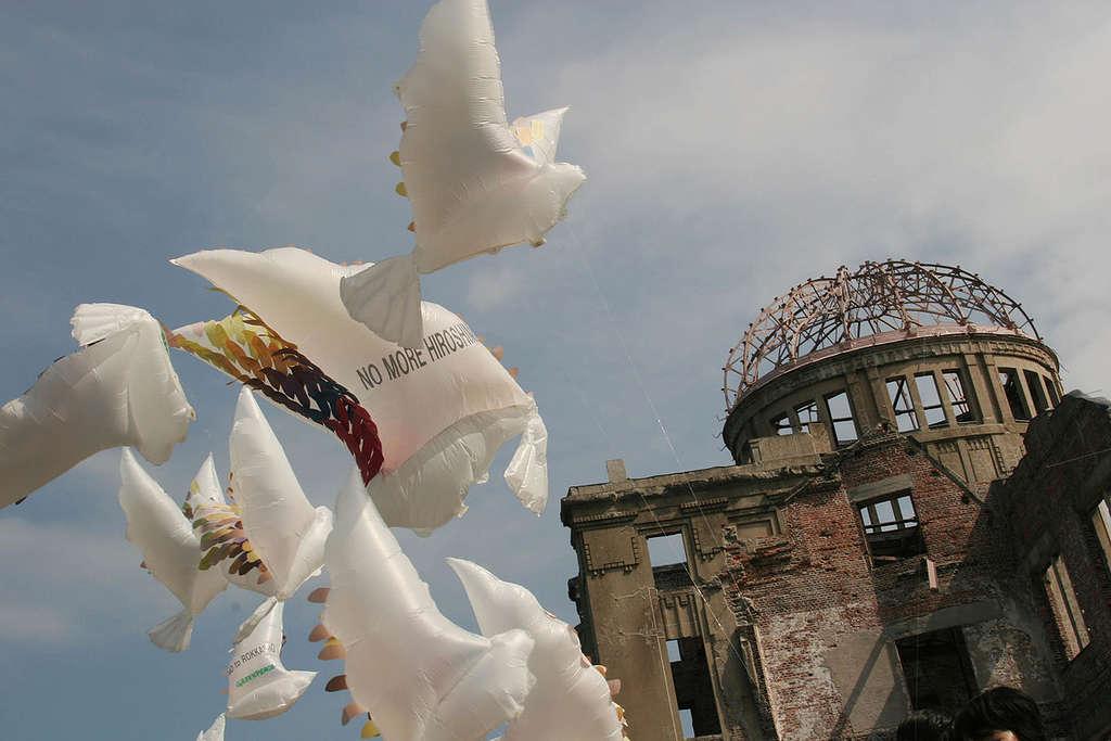 Peace Doves - Hiroshima Atomic Bombing 60th Anniversary. Japan 2005 © Jeremy Sutton-Hibbert / Greenpeace