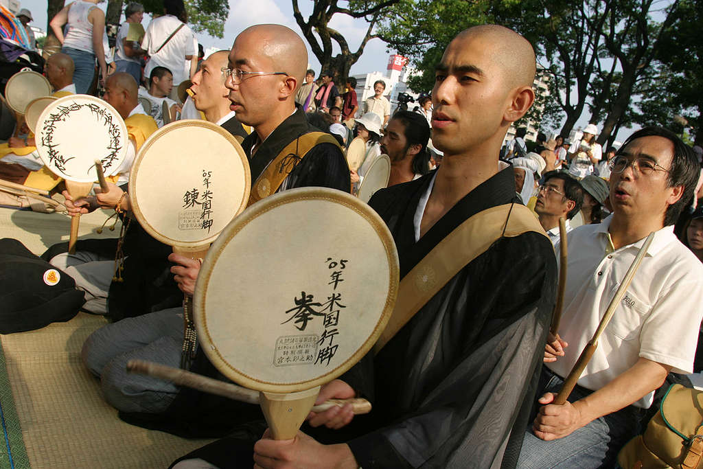 Praying Monks - Hiroshima Atomic Bombing 60th Anniversary. Japan 2005 © Jeremy Sutton-Hibbert / Greenpeace