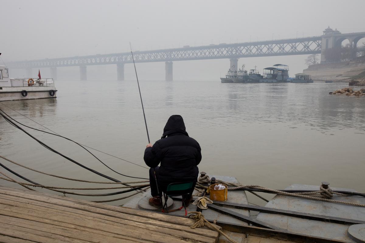 Fishing in Yangtze River © Lu Guang / Greenpeace