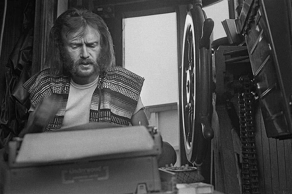 Bob Hunter at work on his typewriter © Greenpeace / Robert Keziere